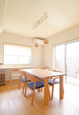 仲田工務店【藤枝市泉町44-10・モデルハウス】1階の東南角に配置され、2面から光を採れる明るいダイニング。ちょっと家事をするのに便利なカウンターを窓際に。ウッディなペンダントライトも、この空間によく似合っている