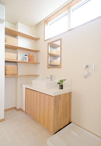 仲田工務店【藤枝市泉町44-10・モデルハウス】タイルと木で作ったオリジナルの洗面台。ニッチを活用した収納棚ももちろん造作