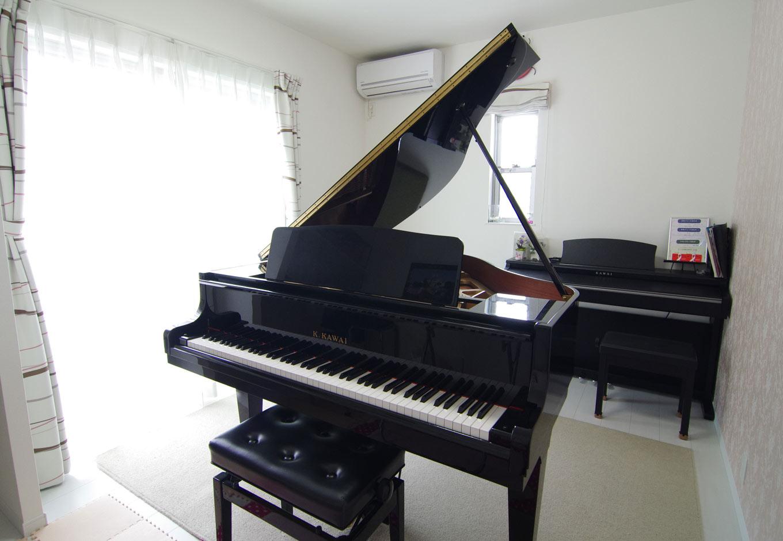 住起産業【子育て、収納力、和風】奥さまはピアノ教室を開いておりグランドピアノが置ける部屋を希望。落ち着いた雰囲気の中で生徒さんがピアノを楽しめるよう、1面のクロスを淡い色のクラシック調の柄に