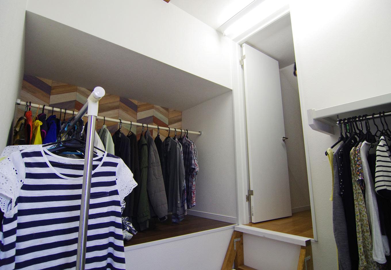 住起産業【子育て、収納力、和風】2階上部の小屋裏収納には家族の洋服を収納。木目調のクロスがアクセントとなり、洋服選びがより一層楽しくなる