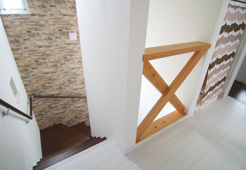 住起産業【子育て、収納力、和風】木目が好きなWさんの希望により、階段の採光のために2階の廊下の一部をスケルトンに