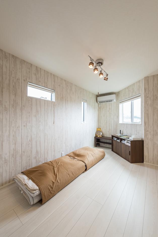 住起産業【二世帯住宅、狭小住宅、屋上バルコニー】主寝室は、土地形状に合わせたユニークな空間。デッドスペースになりがちな突き出し部分をあえて見せることにより、視覚効果で、部屋全体が奥行きと広がりを感じる