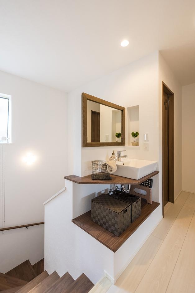 住起産業【二世帯住宅、狭小住宅、屋上バルコニー】階段のデッドスペースを利用し、夫婦世帯の洗面を配置。子どもが帰ってきて室内に入る前に手洗いができる