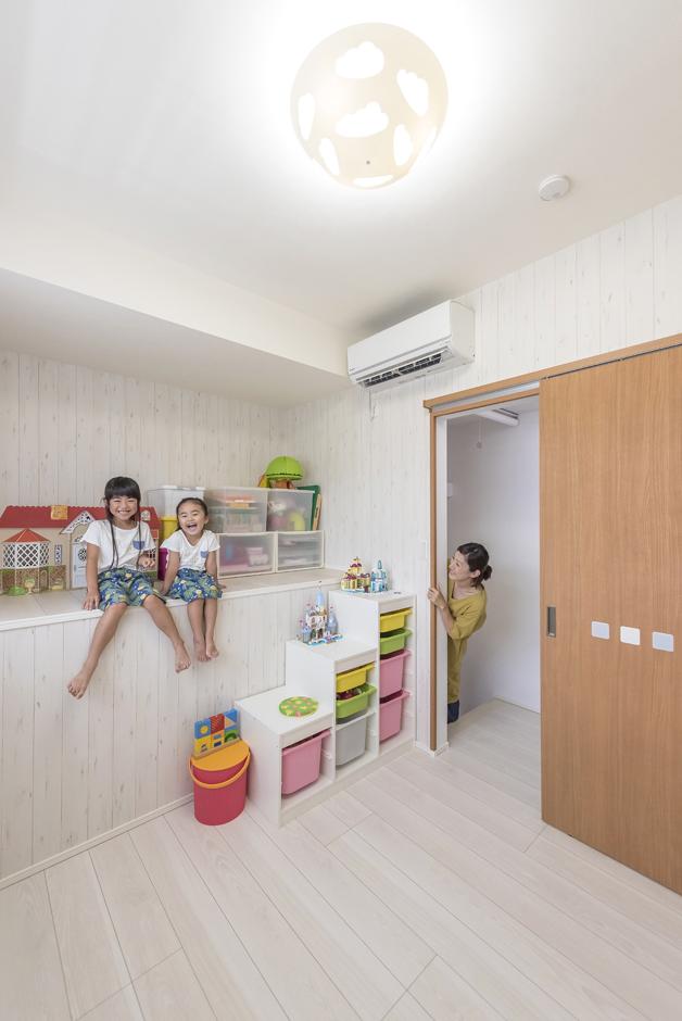 住起産業【二世帯住宅、狭小住宅、屋上バルコニー】小屋裏を利用した収納がある子ども部屋。部屋の中の高低差は、今は子どもたちの格好の遊び場として活躍。ゆくゆくはロールスクリーンなどで仕切り、洋服や習い事の道具などを収納できる
