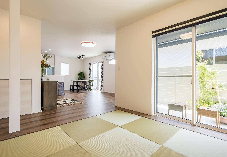 左の来客専用通路で、玄関からすぐに案内できる和室。プライベートゾーンと区切ることができるのでゲストもゆったり寛げる