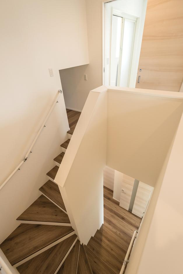2階に水回りを配置し、洗濯物を干すために階段を昇り降りしなくて済むのが便利。2.7畳の収納スペース「ファミリーKURAクローク」も