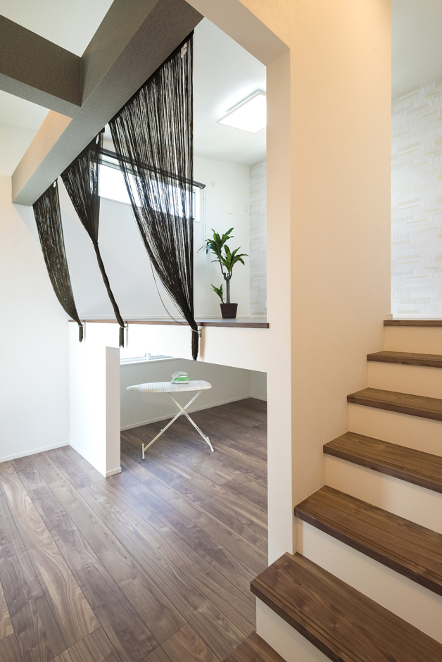 バルコニーにつながる室内物干しスペース「サニーコーナー」と、6.7畳の「KURAクローク」。クローゼットに収納しきれない衣類などを入れられて部屋を広々と快適に保てる