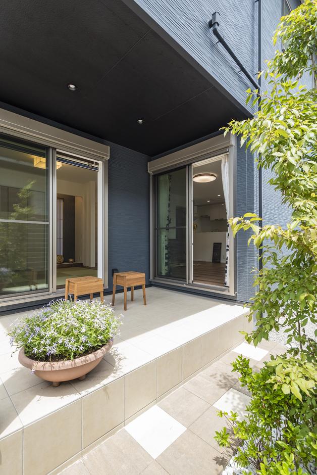 バルコニーを利用した軒下のタイルデッキは、日陰を作ってリビングや和室に涼しい風を取り入れる