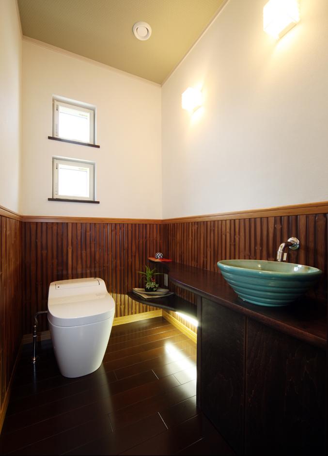 住起産業【収納力、和風、省エネ】砂壁と竹の腰板のトイレ。和紙張りの照明も和モダンの演出だ