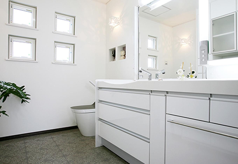 住起産業【収納力、和風、省エネ】白を基調とした清潔感のあるデザインのパウダールーム。24時間換気システム「エアロバーコ」で、汚れた室内の空気を外部に排出すると同時に酸素をたっぷり含んだ新鮮な外気を建物内に計量的に導入する