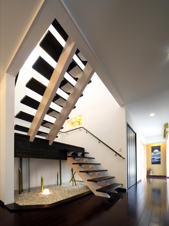 住起産業【収納力、和風、省エネ】幅広のストリップ階段。階段の下には和室からも見える坪庭を設えた
