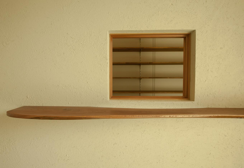 玄関わきにある飾り棚と小窓