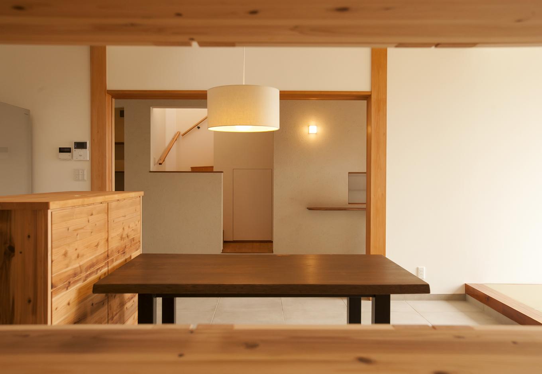 キッチンから。収納の家具やテーブルなどもすべて造り付けで統一感を持たせる