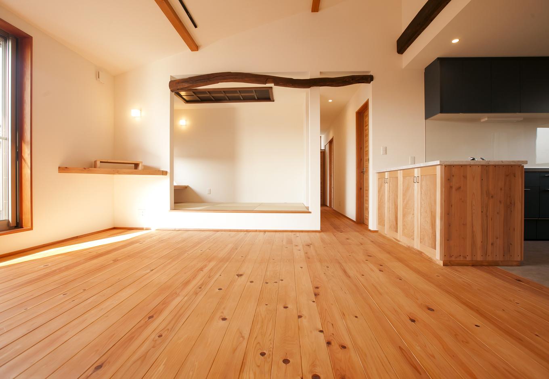 2階の若夫婦のリビング。小上がりの畳スペースは、古い家を解体したときの梁や、建具を思い出に使用