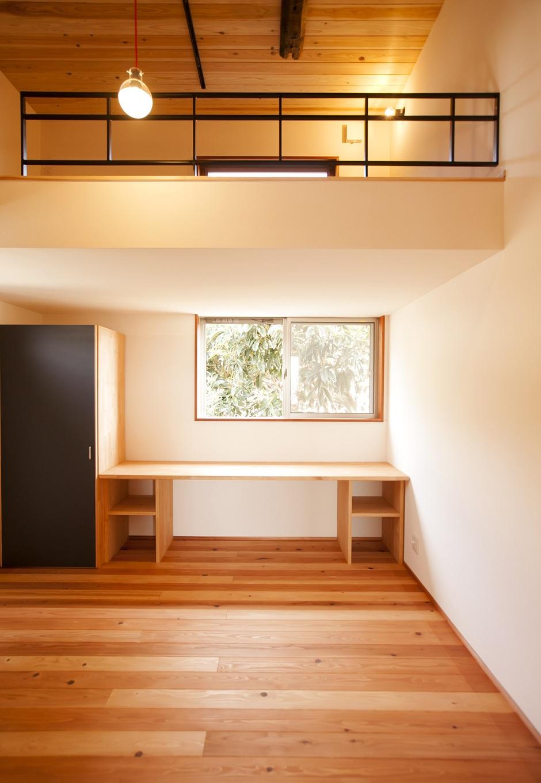 こども部屋、狭い部屋でもロフトで開放的な空間に。収納やデスクも造作で