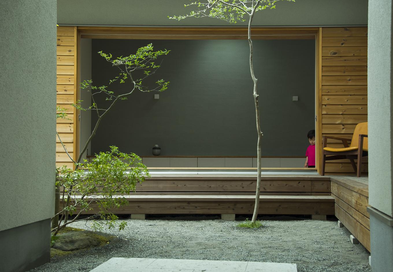 kotokoto.一級建築士事務所【デザイン住宅、自然素材、間取り】エントランスは事務所と住宅の入り口を分けるトンネルのような空間。その向こうには、中庭、そしてリビングが一体となって存在している