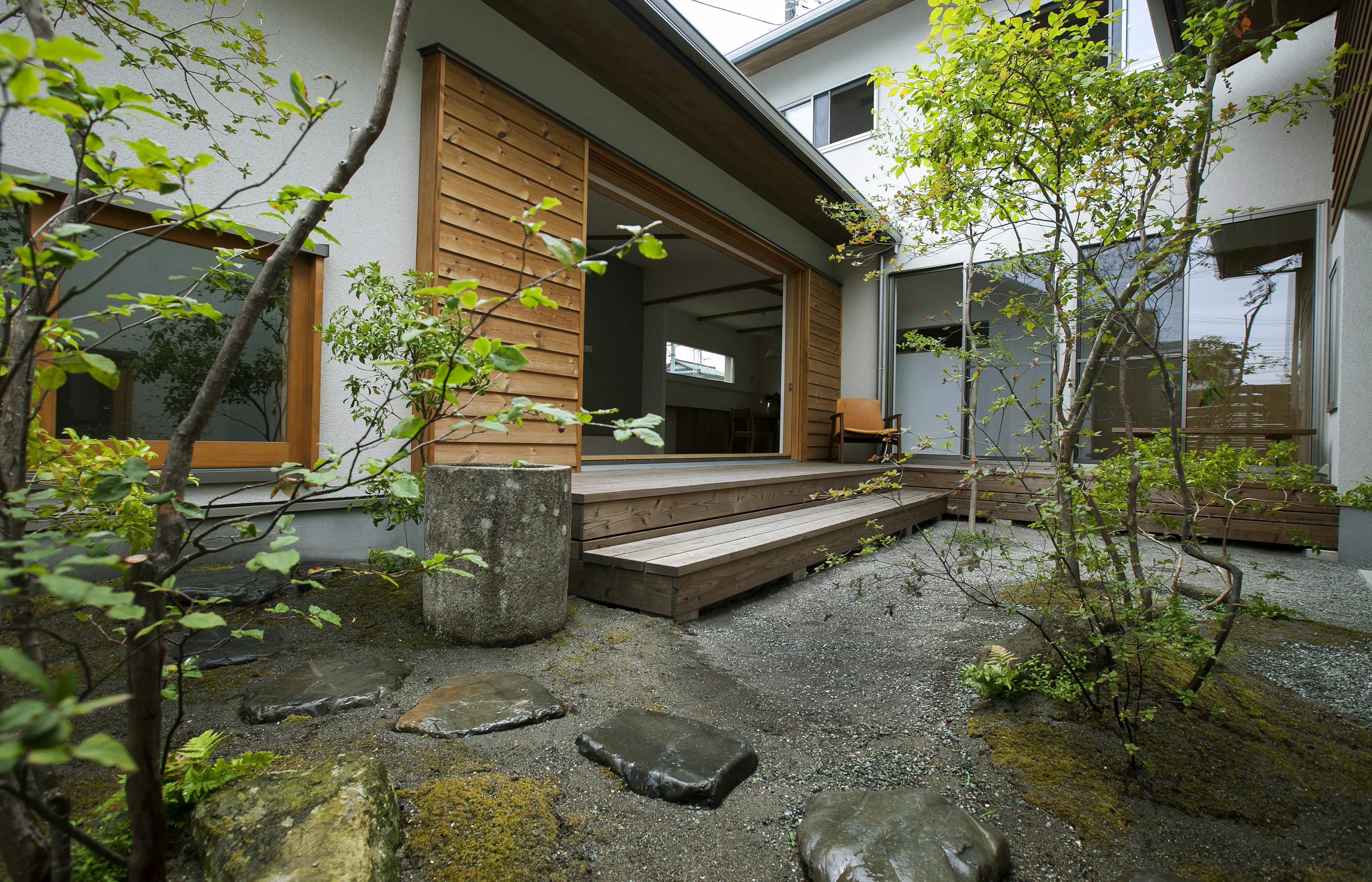 kotokoto.一級建築士事務所【デザイン住宅、自然素材、間取り】中庭は、家のどの窓から見てもちがう表情。とても幹線道路沿いにあるとは思えない空間となっている。