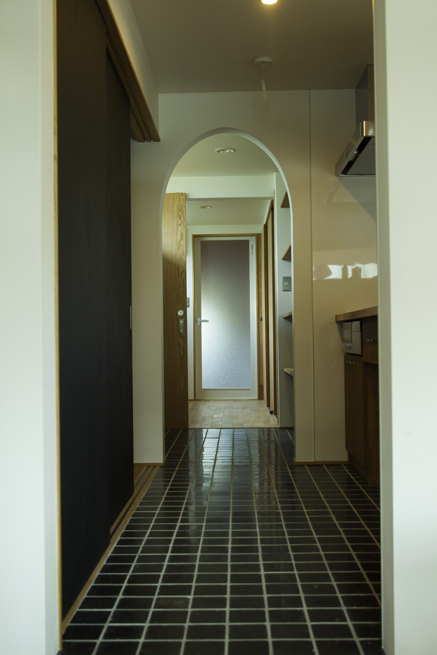 kotokoto.一級建築士事務所【デザイン住宅、自然素材、間取り】キッチンから、家事室、洗面所と家事動線を考えた間取りとなっている。キッチンの床は天然石貼。