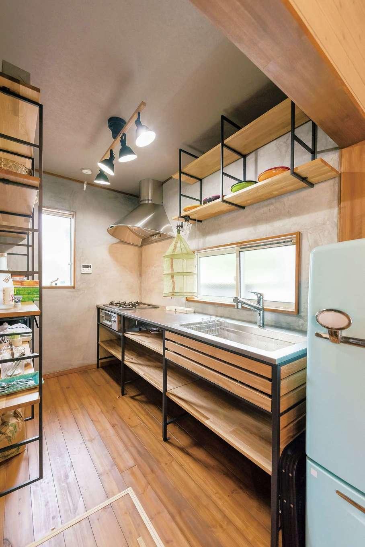 木とアイアンが融合した男前のキッチン。収納も充実。レトロな冷蔵庫もぴったり