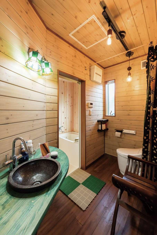 イーホーム【趣味、自然素材、ガレージ】浴室はひのきのハーフユニットを採用。トイレはカーテンで目隠しを