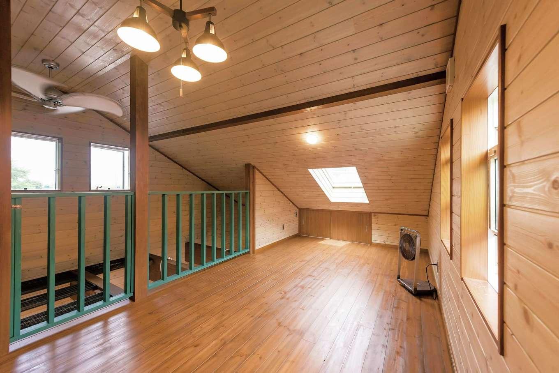 2階はロフトのみ。夏は風通し抜群で、冬は薪ストーブが吹抜けを通して2階まで温めてくれる