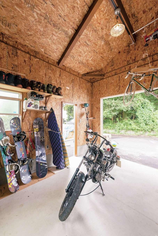 イーホーム【趣味、自然素材、ガレージ】OSB合板を貼ったワイルドなガレージ