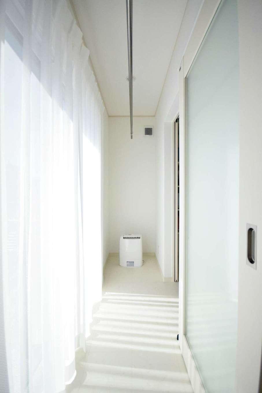 キッチンからも脱衣室からも出入りできるサンルーム。洗濯物を干したまま安心して外出できて便利