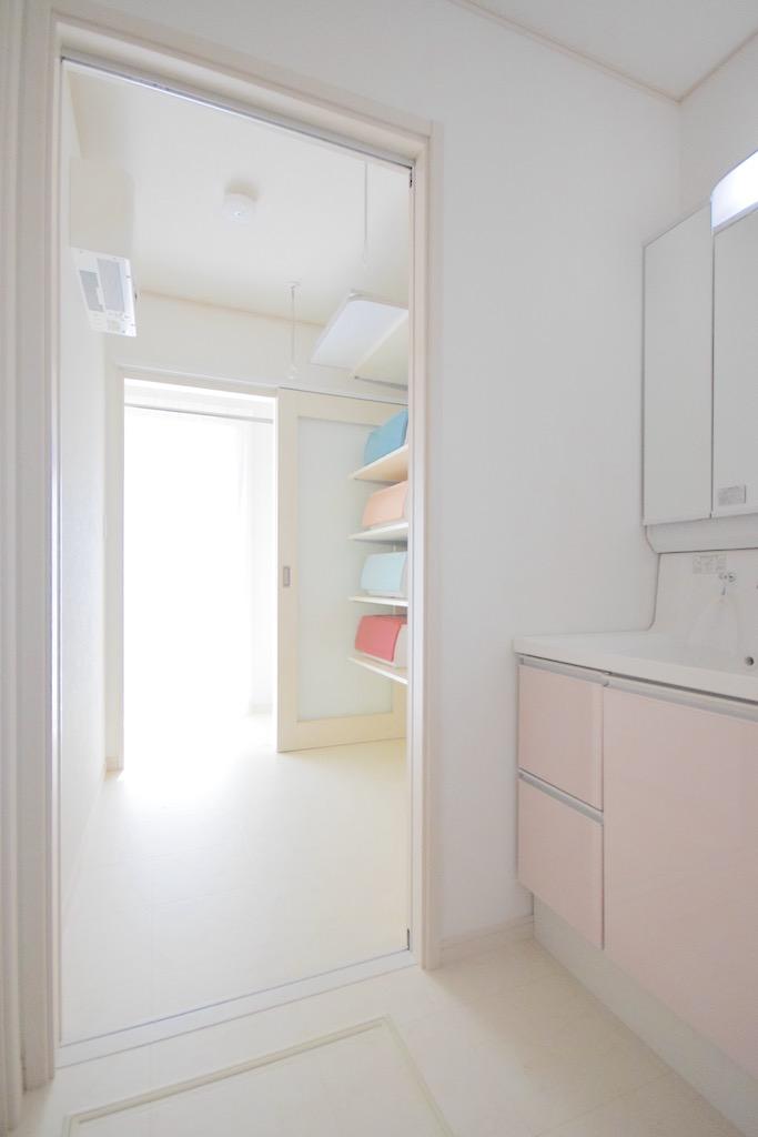 洗面脱衣室から臨むサンルーム。色づかいが可愛らしく気分も盛り上がる
