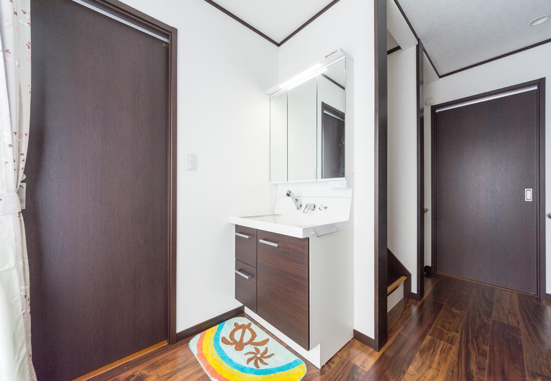 イーホーム【収納力、二世帯住宅、屋上バルコニー】2階のトイレ横にも洗面化粧台を設置。二世帯にとって、朝の忙しい時間帯には嬉しいポイント