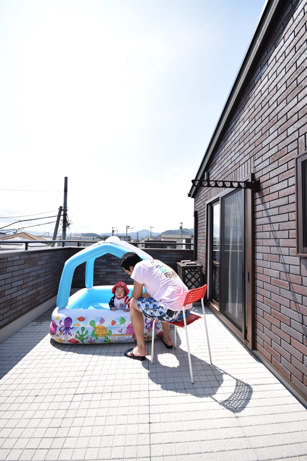 イーホーム【収納力、二世帯住宅、屋上バルコニー】敷地の関係で庭が作れない分、プライベートスペースを屋上に提案。遮るものがなく、抜群の眺望を楽しめる