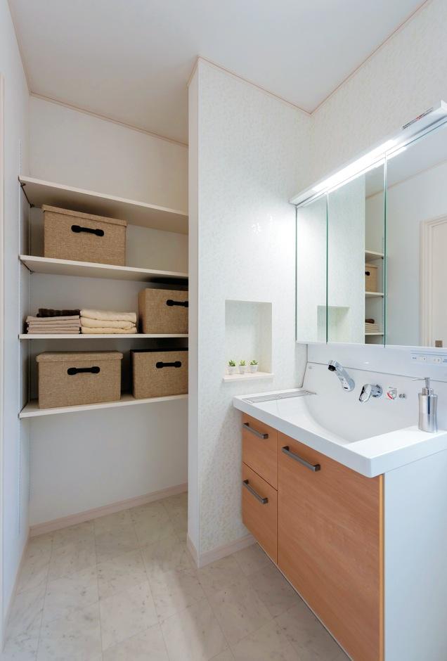 イーホーム【子育て、収納力、間取り】洗面脱衣所奥のクローゼットには、使いやすい可動式の棚を造作。家族の使いやすい収納を提案する『イーホーム』らしい配慮だ