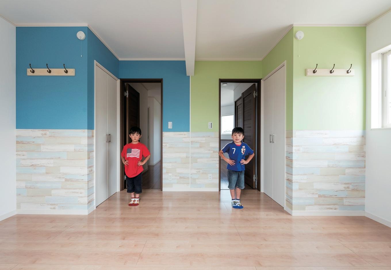 イーホーム【子育て、収納力、間取り】双子の男の子の部屋。成長しても違和感がないように、壁紙の色はトーンを抑え目に。将来仕切るかどうかは、本人たちの判断に委ねるのだそう