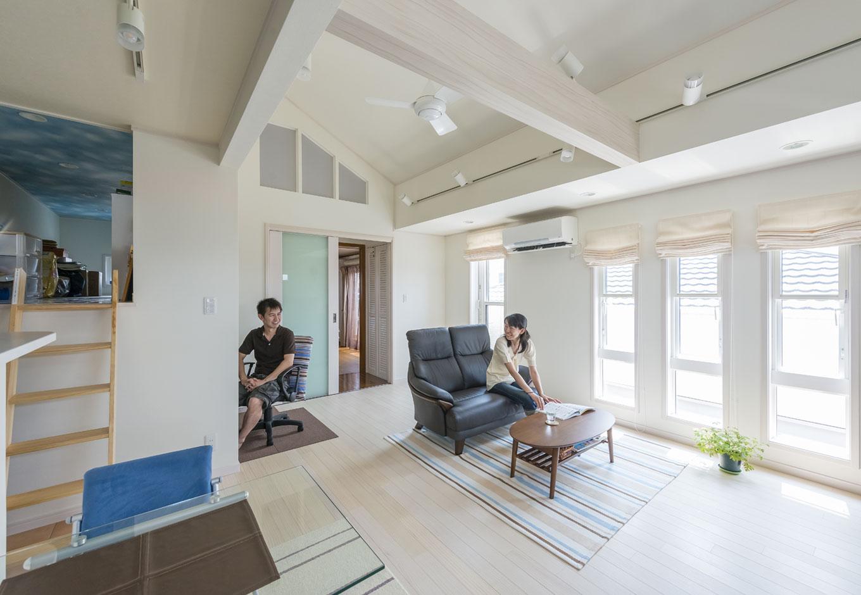 イーホーム【収納力、二世帯住宅、スキップフロア】2FLDKは明るく開放的な空間に白い床が映える。「箱根や富士山、市街地などの眺めがいいんです。」とご主人
