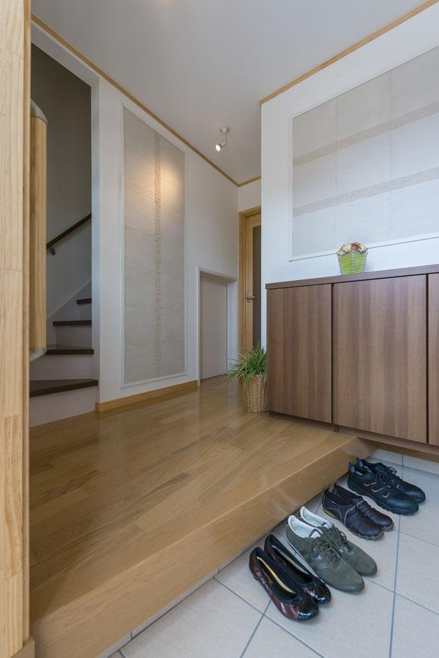 イーホーム【収納力、二世帯住宅、スキップフロア】タイルをアクセントに使った玄関は1F、2F共用スペース