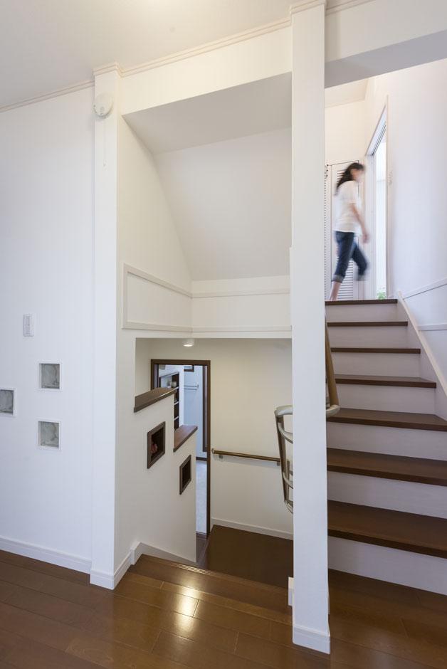 イーホーム【収納力、二世帯住宅、スキップフロア】スキップフロアの為、複雑な階層の中にも階段にはガラスブロックなどでアクセントをつけた