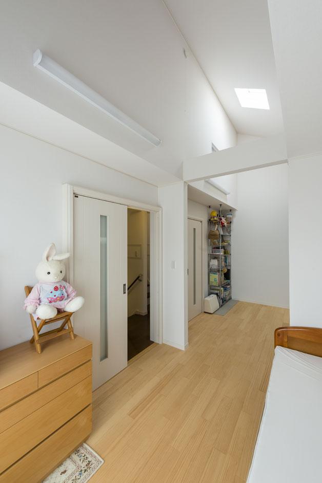 イーホーム【収納力、二世帯住宅、スキップフロア】2ドア1ルームの子供部屋は将来的には二部屋に仕切ることが可能