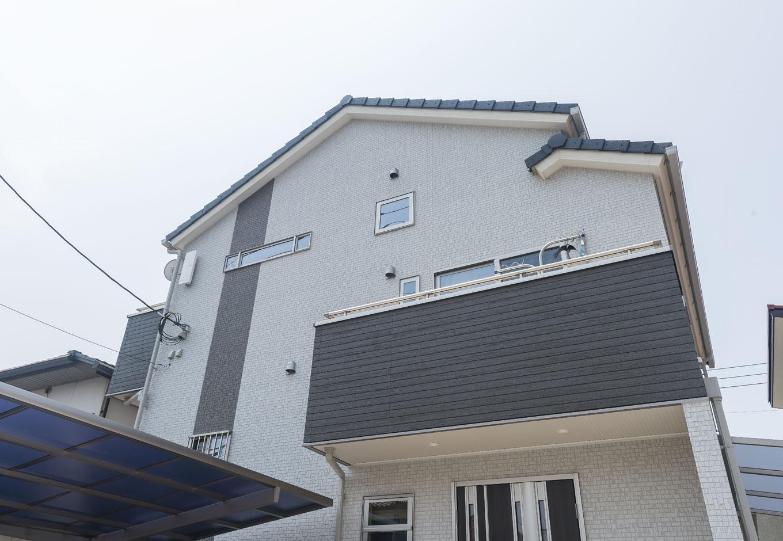イーホーム【収納力、二世帯住宅、スキップフロア】2階建てよりも少し高いスキップフロアのお家の外観。バルコニーも各層に設けられている