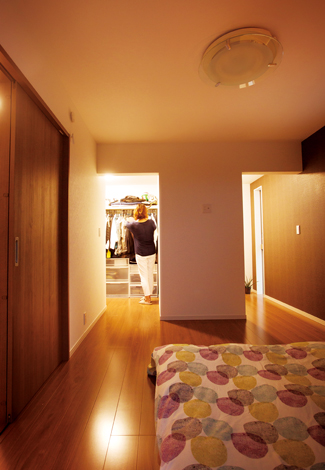 スズイチ【デザイン住宅、子育て、間取り】2 階の主寝室。左がウォークインクローゼット、右がご主人の書斎