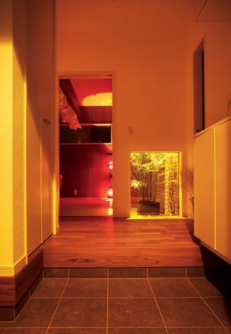 スズイチ【デザイン住宅、子育て、間取り】高級料亭を思わせるしっとりとした玄関ホール。坪庭の隣が奥さまのリンパマッサージルーム