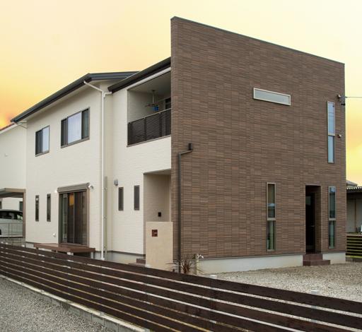 スズイチ【デザイン住宅、子育て、間取り】通りに面した東側のモダンな外壁が好評で、見学会で見て採用した施主さんもいるのだとか