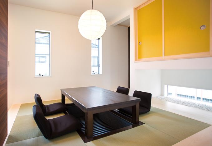 スズイチ【デザイン住宅、子育て、間取り】小上がりの畳スペースはダイニング。掘りごたつで、家族団らんの時間をゆったり過ごせる。地窓を切って明るさも確保した