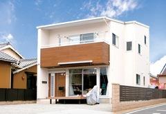 快適性と遊び心が子を育てる 漆喰とスキップフロアの家