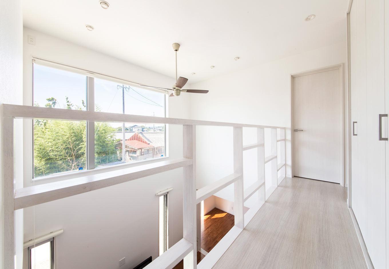 内田建設【デザイン住宅、狭小住宅、間取り】吹き抜けの窓は、リビング階段を上りきった時、視線の先に街並みを望めるようレイアウト。通路横には大容量のクローゼットを用意