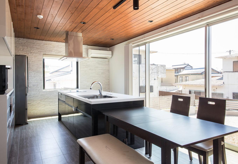 内田建設【デザイン住宅、狭小住宅、間取り】横幅270cm、奥行き97cmもあるゆったりとしたアイランドキッチン。調理や盛り付け、IHで掃除も楽ちんだ から、お子さんも積極的にお手伝いしてくれる