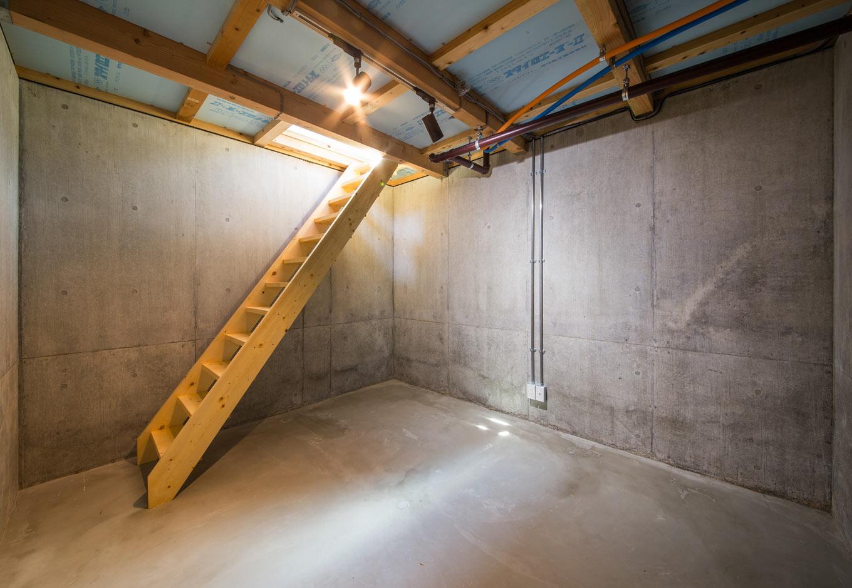 内田建設【デザイン住宅、狭小住宅、間取り】 傾斜地を活用したシアタールーム。傾斜地を整地する際、あえて地下室を設けることで盛り土のコストを削減。南向きの明るい家だからこそ、窓のない地下はシアタールームにぴったりだ