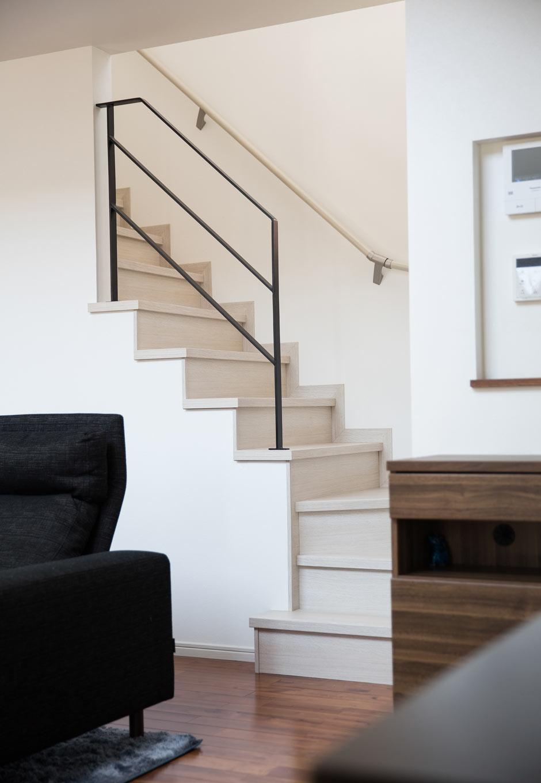 内田建設【デザイン住宅、狭小住宅、間取り】リビング階段は、オリジナルデザインしたアイアンの手すりがアクセントに