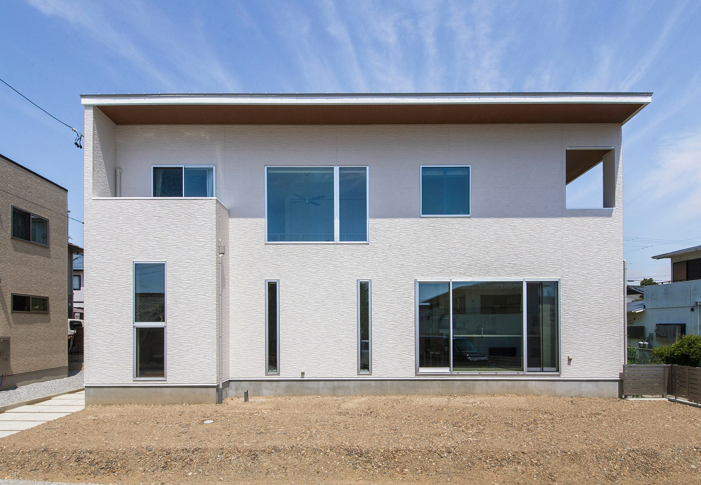 内田建設【デザイン住宅、狭小住宅、間取り】白亜の外観が青空に映える。芝を植えたり、家庭菜園をしたり、これから庭いじりを楽しむそう