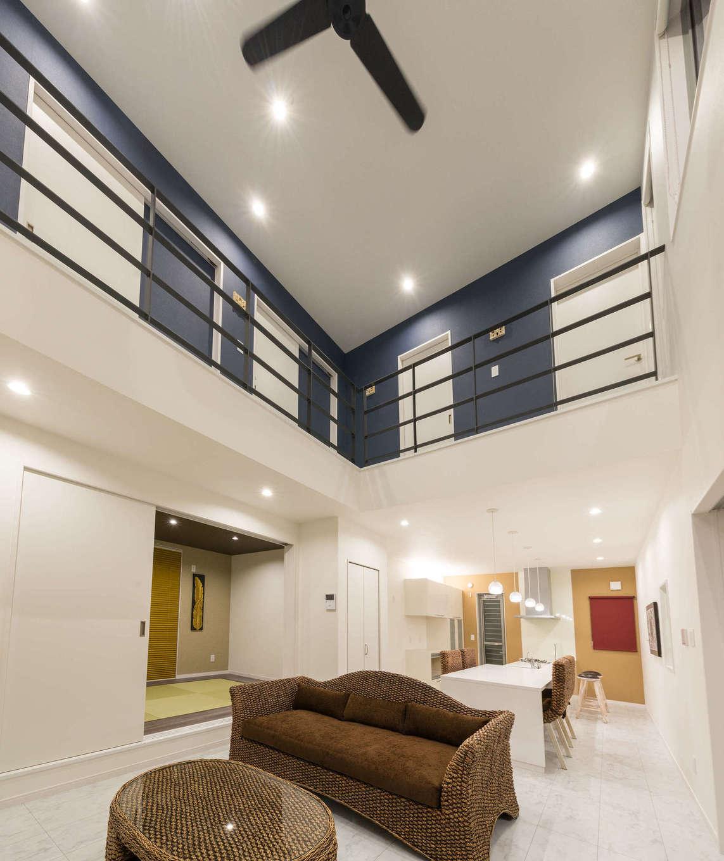 内田建設【デザイン住宅、間取り、建築家】ダイナミックな吹抜けのリビング。青と白を基調とした空間に、リゾートで過ごしているかのような時間がゆっくりと流れる。家具や調度品もバリ風にコーディネートしてニュアンスを出した