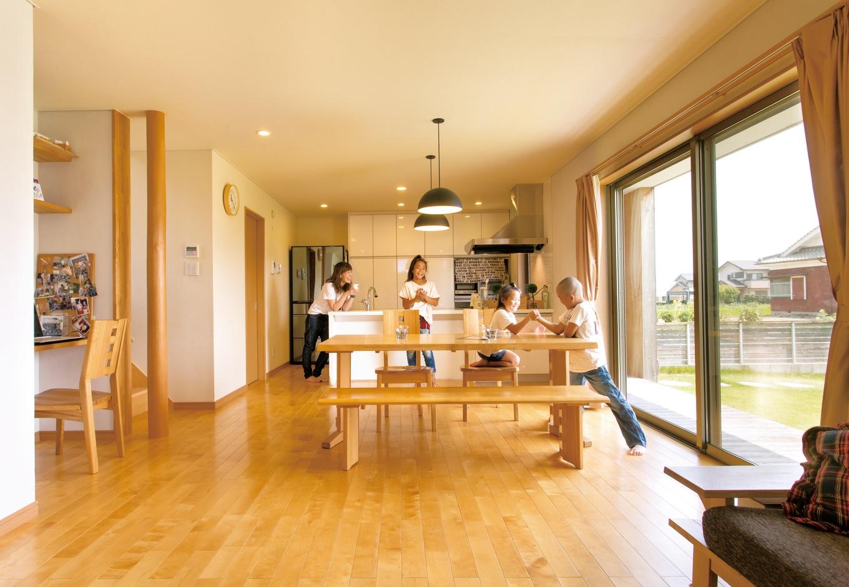 内田建設【子育て、建築家、ガレージ】22畳のLDKは、床にカバの無垢材を使用したナチュラルな空間。脇には階段下まで続く広い納戸を設け、収納もばっちりだ