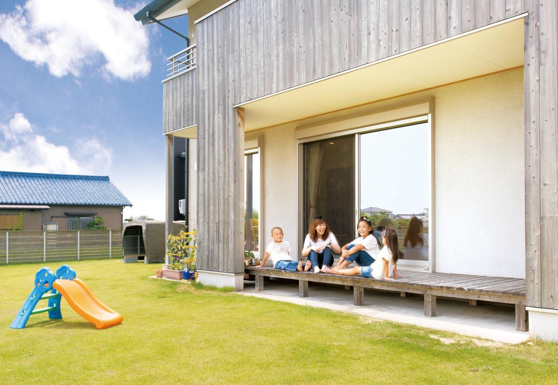 内田建設【子育て、建築家、ガレージ】庭側の壁に張った杉板は、風合いが変化していい雰囲気に。広い芝生の庭は、お子さんが駆け回ったり、みんなでバーベキューをしたりと大活躍